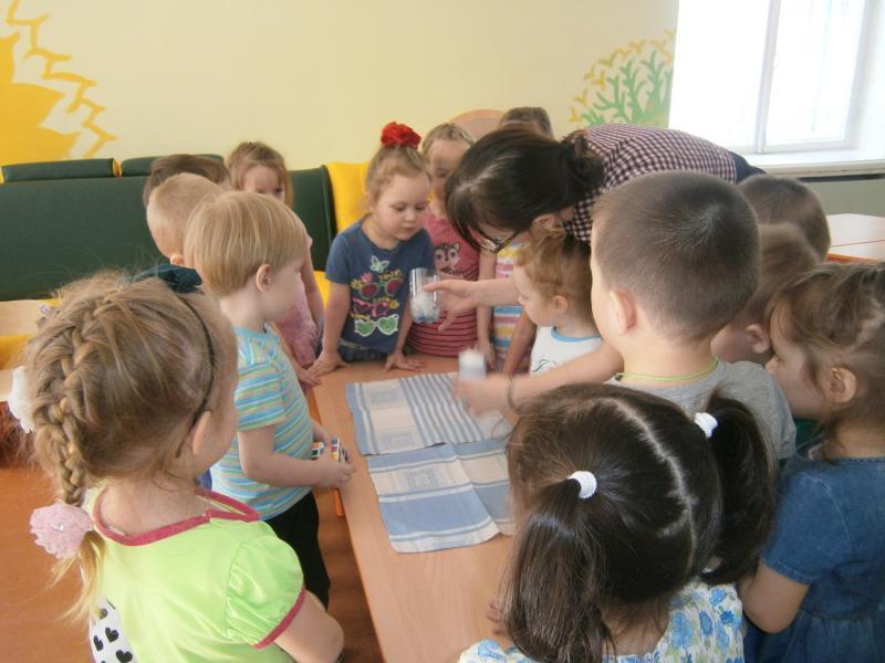 Опытно-экспериментальная деятельность во второй младшей группе направлена на развитие познавательной активности и исследовательских способностей ребят