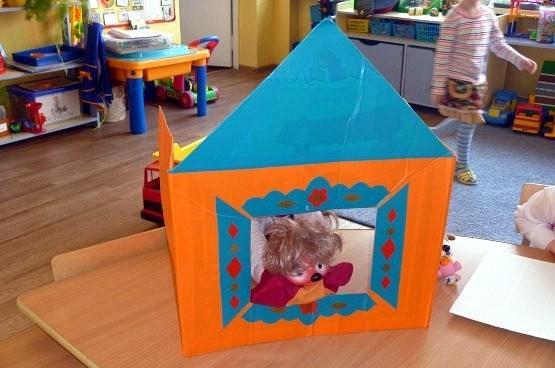 Оранжево-синий домик-ширма с выглядывающим домовёнком