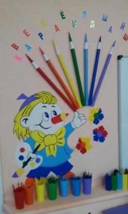 Карандаш держит в руках краски и букет из карандашей