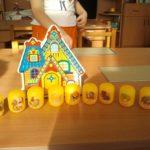 Персонажи сказки Курочка Ряба в виде картинок на коробочках от Киндер сюрприза и картонный домик