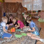 Дети играют в стоянку первобытных людей