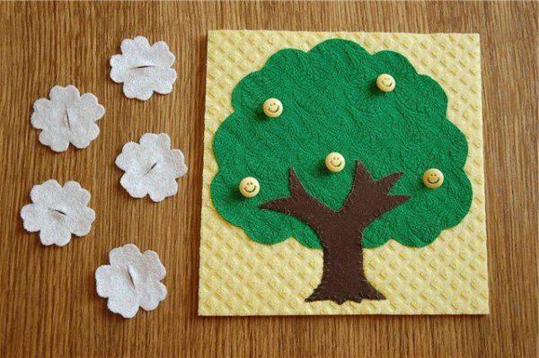 Игровое пособие в виде дерева и белых цветочков