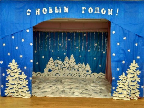 Полянка из белой ткани с нашитыми снежинками