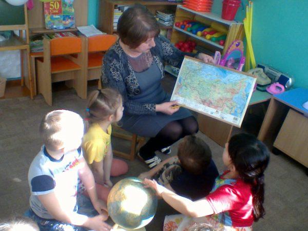 Ребята изучают глобус и физическую карту России