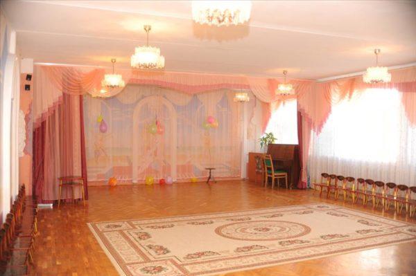 Просторный музыкальный зал в детском саду