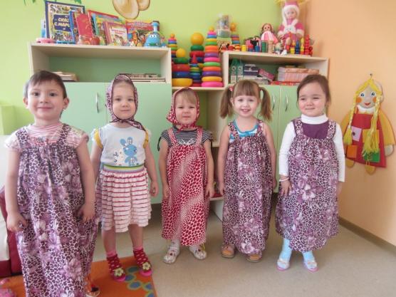 Пятеро детей стоят в длинны сиреневых сарафанах