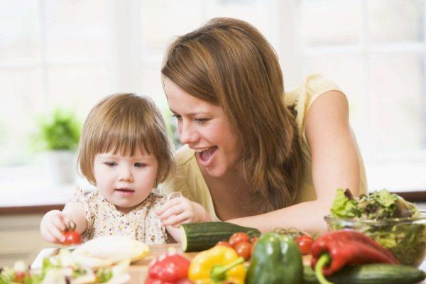 Мама и дочка изучают овощи