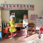 Ребята играют в школу