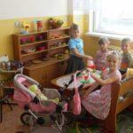 Ребята играют в семью за столом