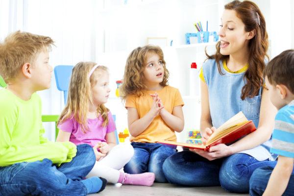 Дети заучивают стихотворение совместно с педагогом