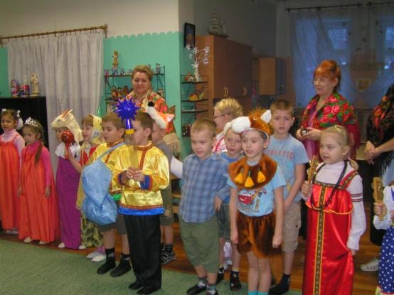 Дети и педагоги в костюмах участвуют в святках