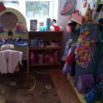Уголок ряжения: слева — туалетный столик, справа — шкаф с костюмами, шляпой волшебника, боа, фуражкой