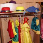 Уголок ряжения: стеллаж с перекладиной под вешалку для костюмов и полкой под красную и жёлтую шляпы