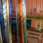 Уголок с занавесом из цветных атласных лент
