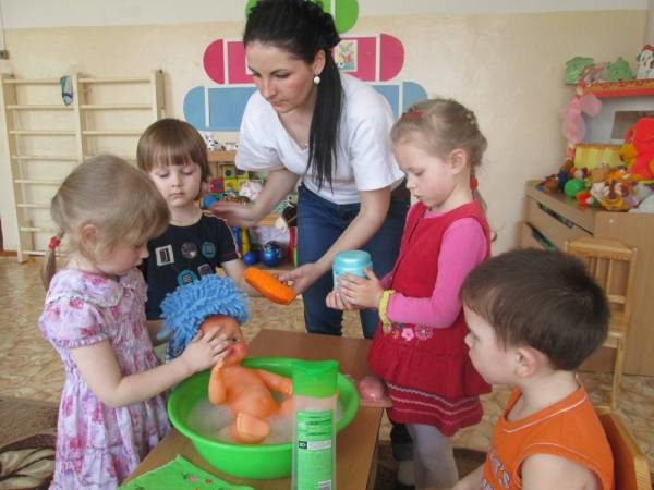 воспитатель и дети играют