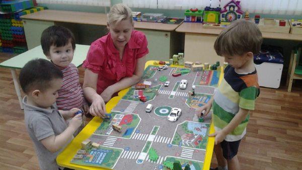 Воспитатель моделирует с детьми различные дорожные ситуации