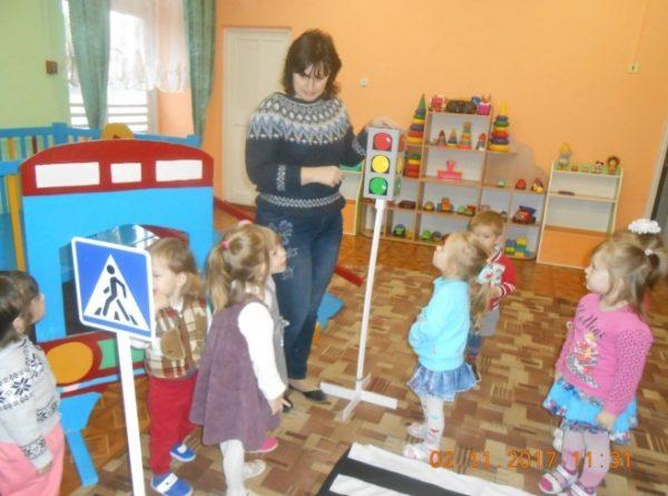 Воспитатель показывает детям макет светофора