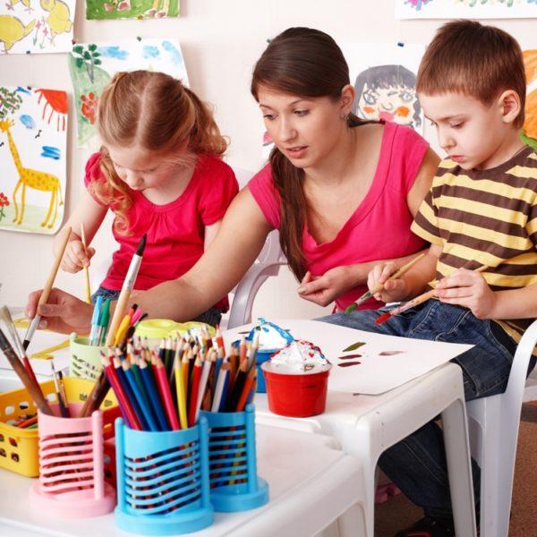 Воспитатель рисует вместе с дошкольниками