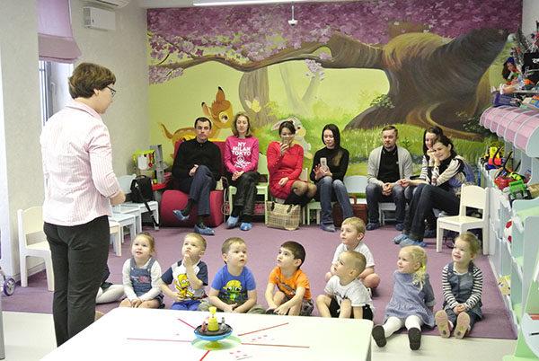 Воспитательница проводит занятие, на котором присутствуют родители