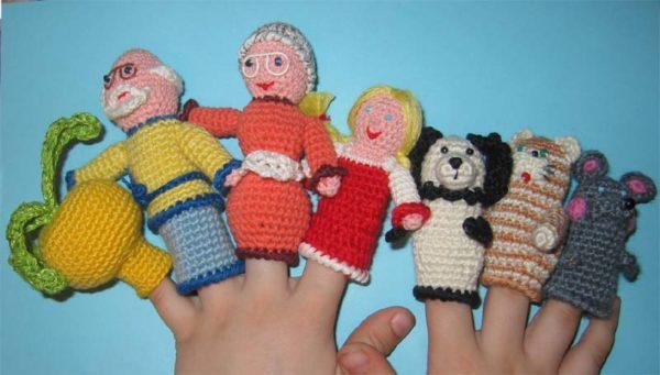 Вязаные герои сказки Репка на пальцах