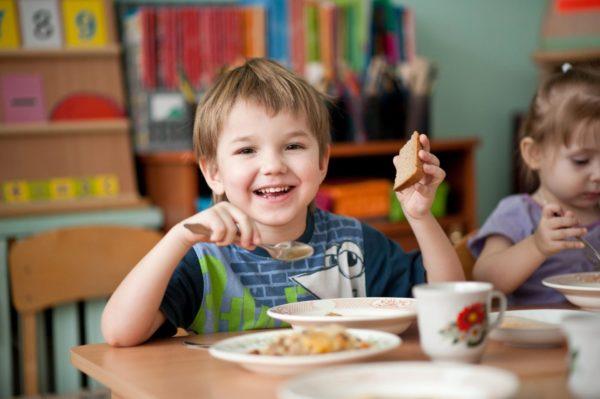 Мальчик и девочка обедают