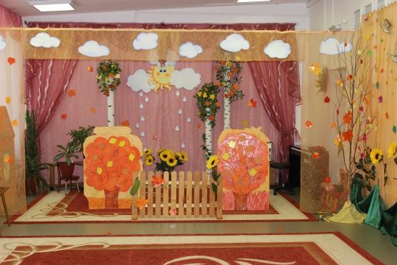 Зал украшен объёмными деревьями, листьями и берёзками