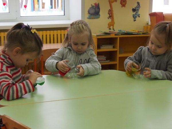 Дети заливают цветную воду в прозрачные формочки