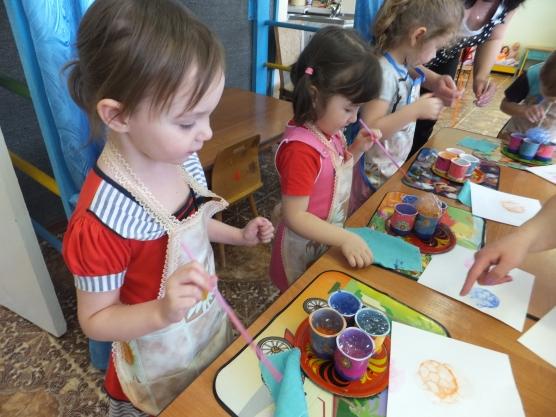 Дети проводят эксперимент с красками и мыльными пузырями
