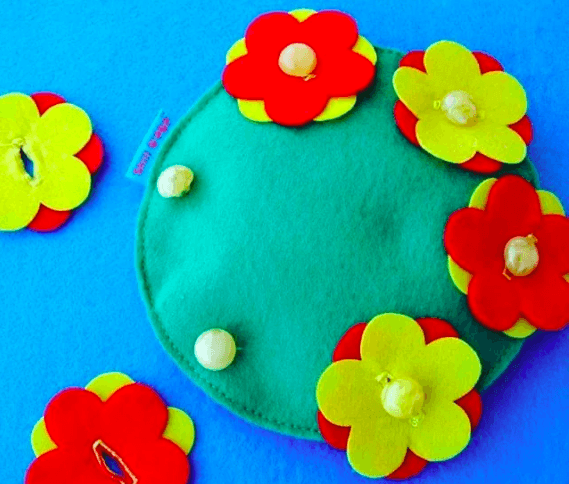 Игровое пособие из ткани с пуговицами и цветочками