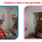 Девочка смотрится в зеркало, на котором нарисована улыбающаяся рожица