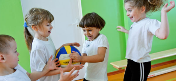 Четверо детей играют с мячом