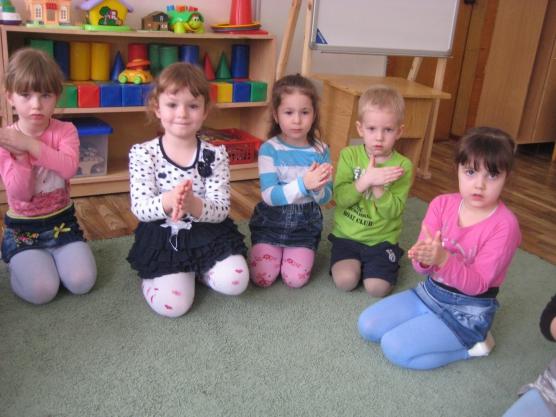 Четыре девочки и мальчик сложили ладошки корабликом