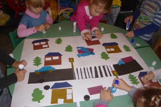 Дети делают коллективную аппликацию по ПДД