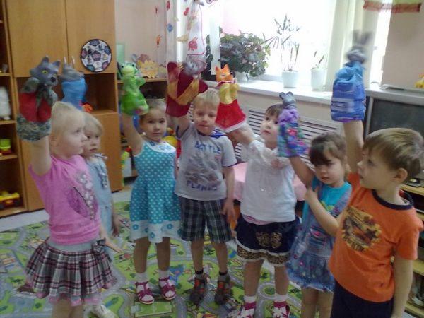 Дети держат перчаточные куклы