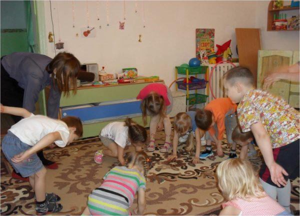 Дети и педагог играют в «Шалтай-Болтай»
