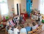Дети и педагог сидят в кругу