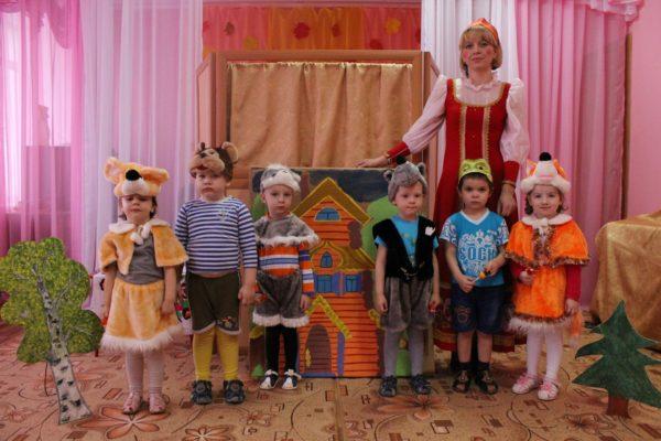 Дети и воспитательница в костюмах для постановки Теремка