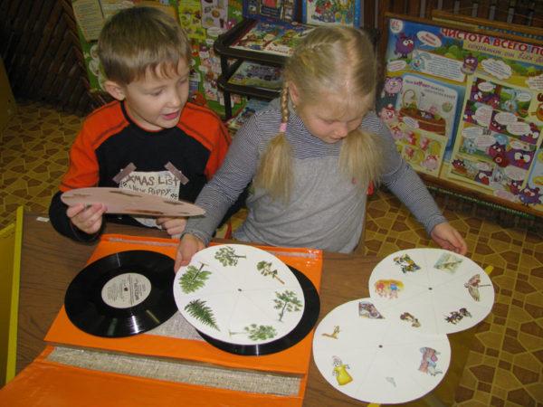 дети играют с кольцами Луллия