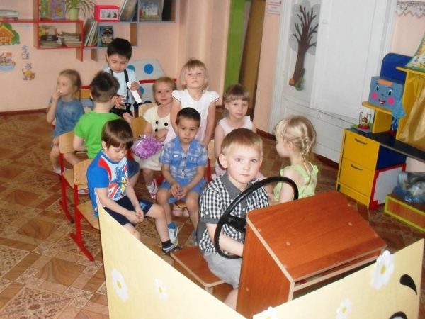 Дети играют в автобус