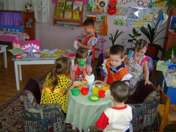 Дети играют в кафе