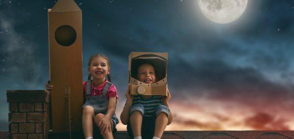 Мальчик и девочка играют в космонавтов
