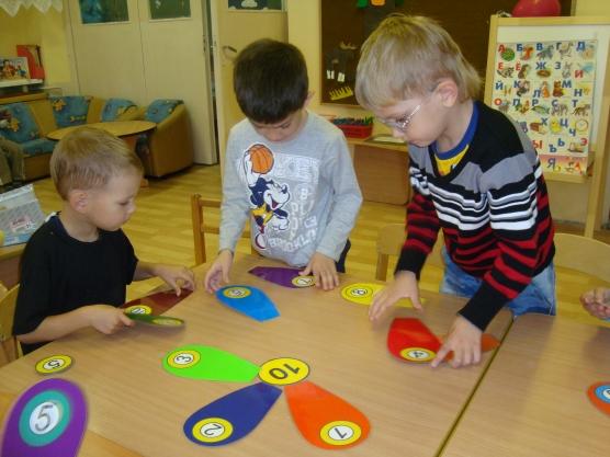 Три мальчика играют в математическую игру