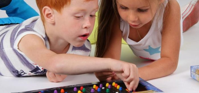 дети играют в мозаику