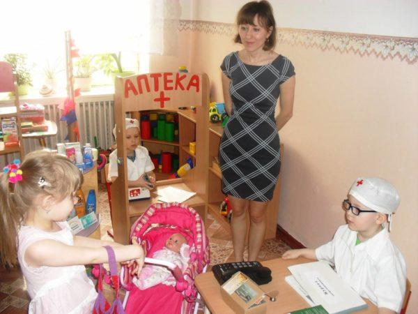 Дети играют в поликлинику, педагог наблюдает