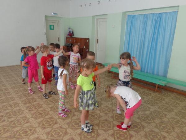 Дети играют в ручеёк в зале