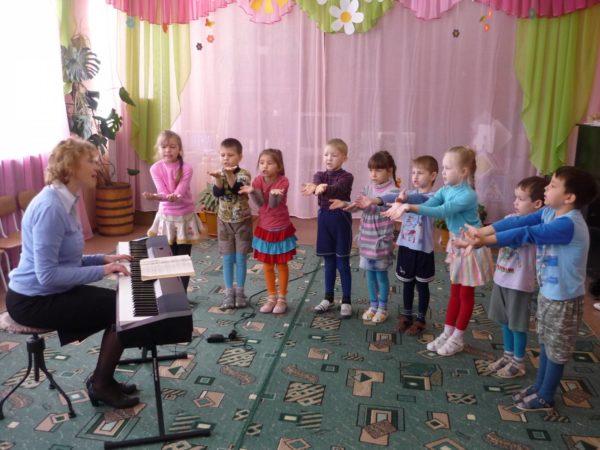 Дети поют и выполняют движения по тексту, педагог играет на синтезаторе