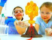 Дети проводят эксперимент