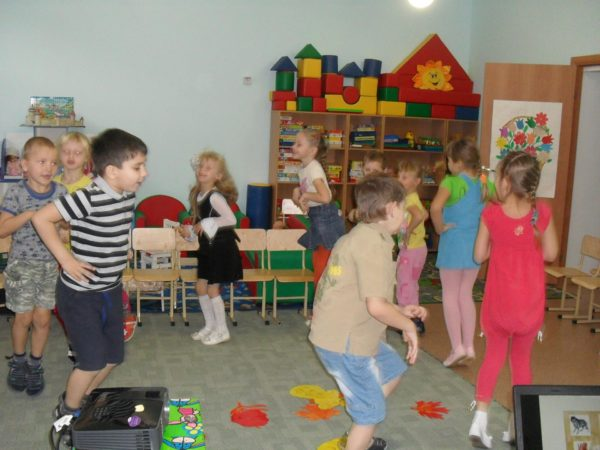 Дети прыгают по кругу в помещении группы