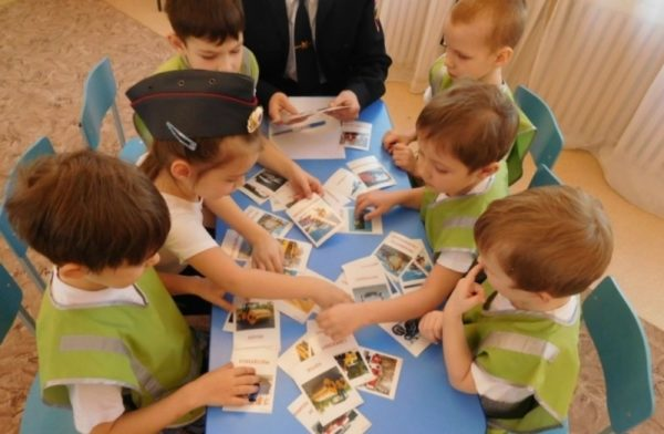 Дети раскладывают картинки на столе