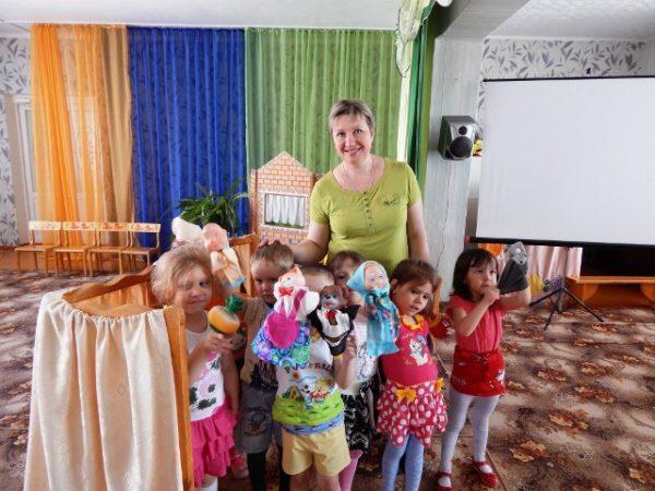Дети с перчаточными куклами и воспитательница, групповое фото